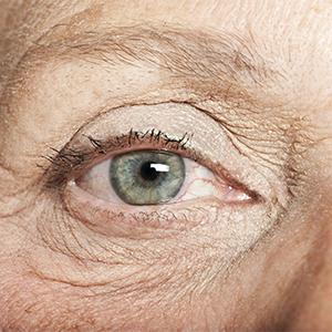 Photo de l'oeil d' une femme âgée.