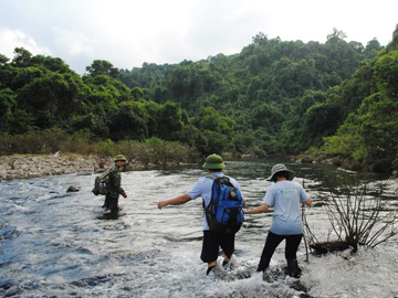 River crossing in Khe Nuoc Trong. © Suzanne Stas.